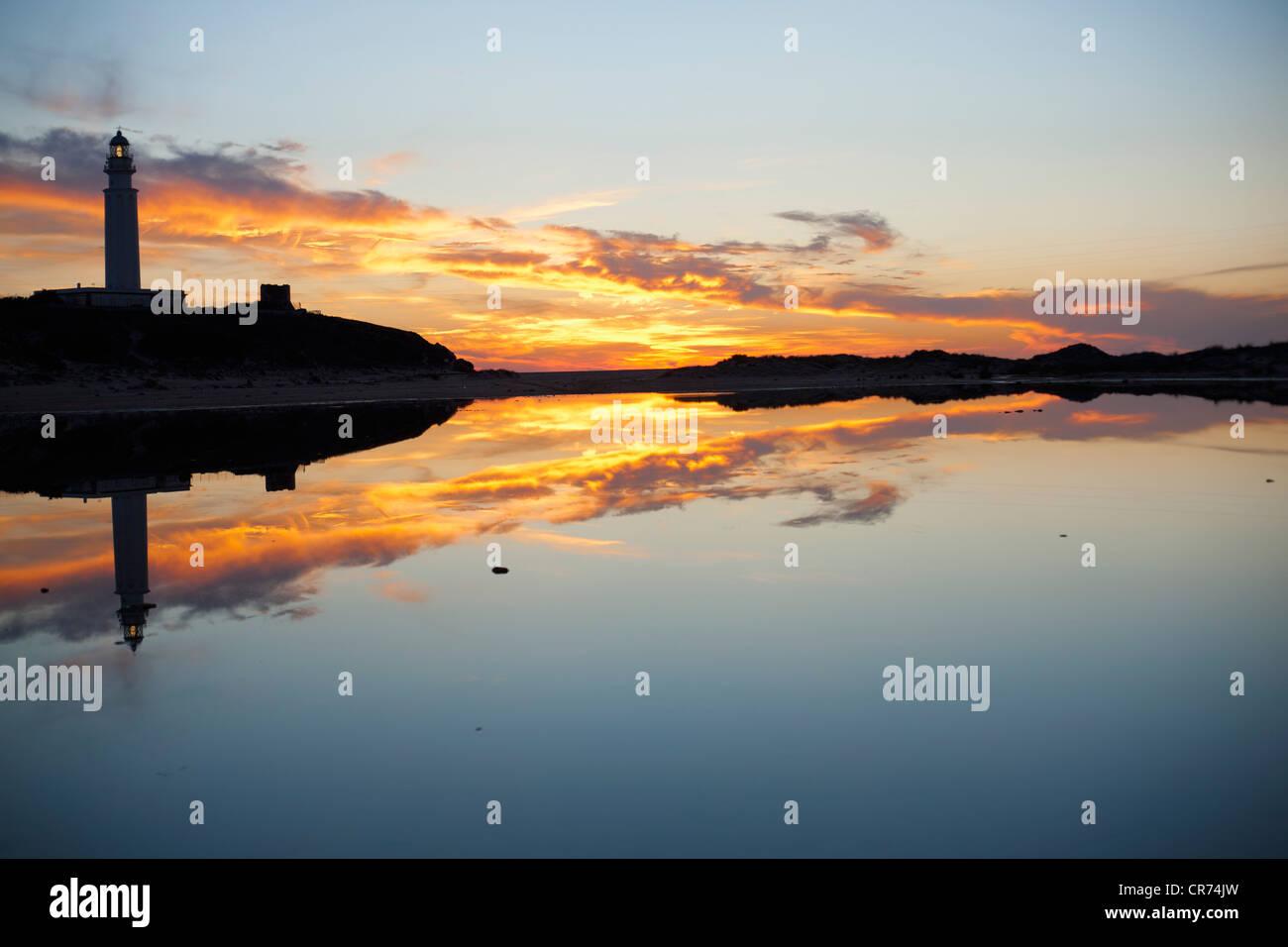 Spanien, Blick auf Leuchtturm in der Abenddämmerung Stockbild