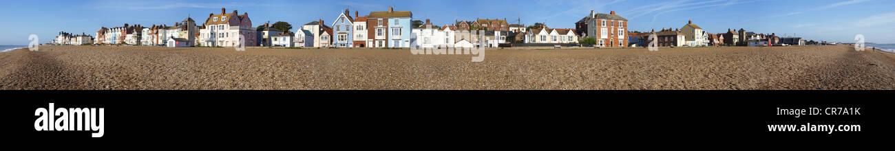 Breites Panorama von Aldeburgh direkt am Meer an der Küste von Suffolk Stockbild