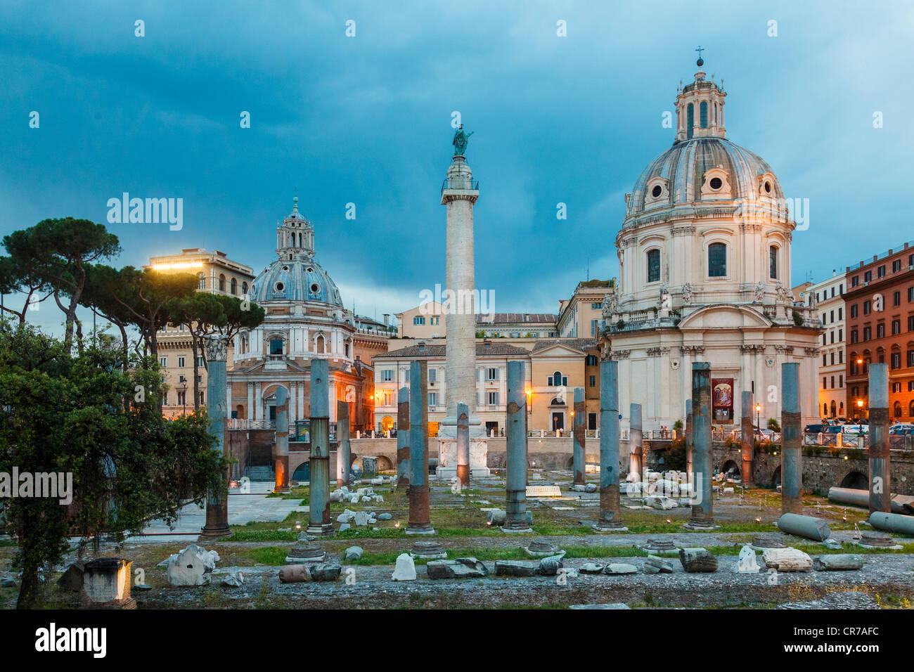 Trajan Forum mit Trajans Säule in Rom, in der Dämmerung Stockbild
