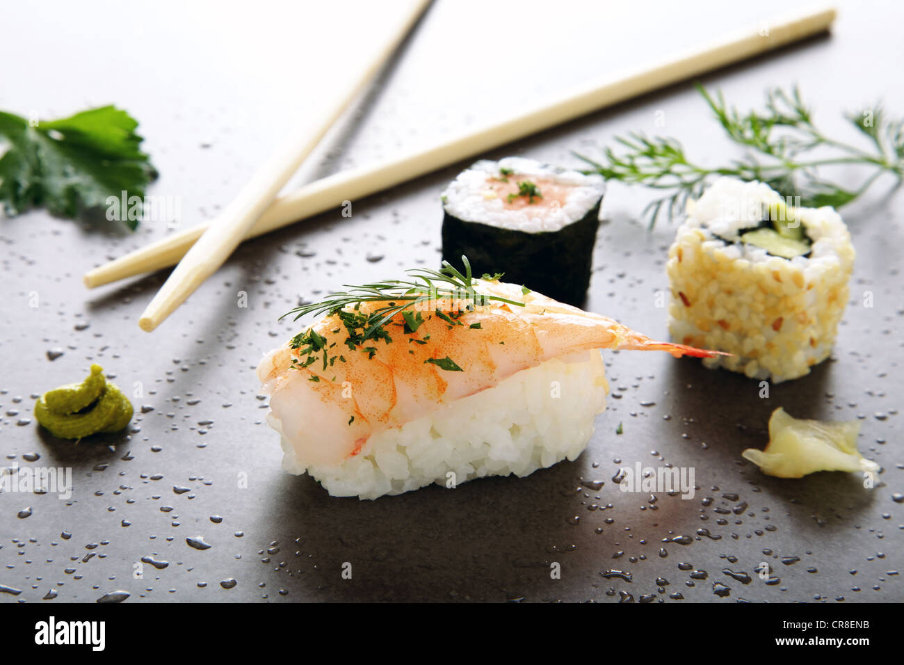 Verschiedene Sushi mit Ingwer und Wasabi auf eine Steinoberfläche Stockbild