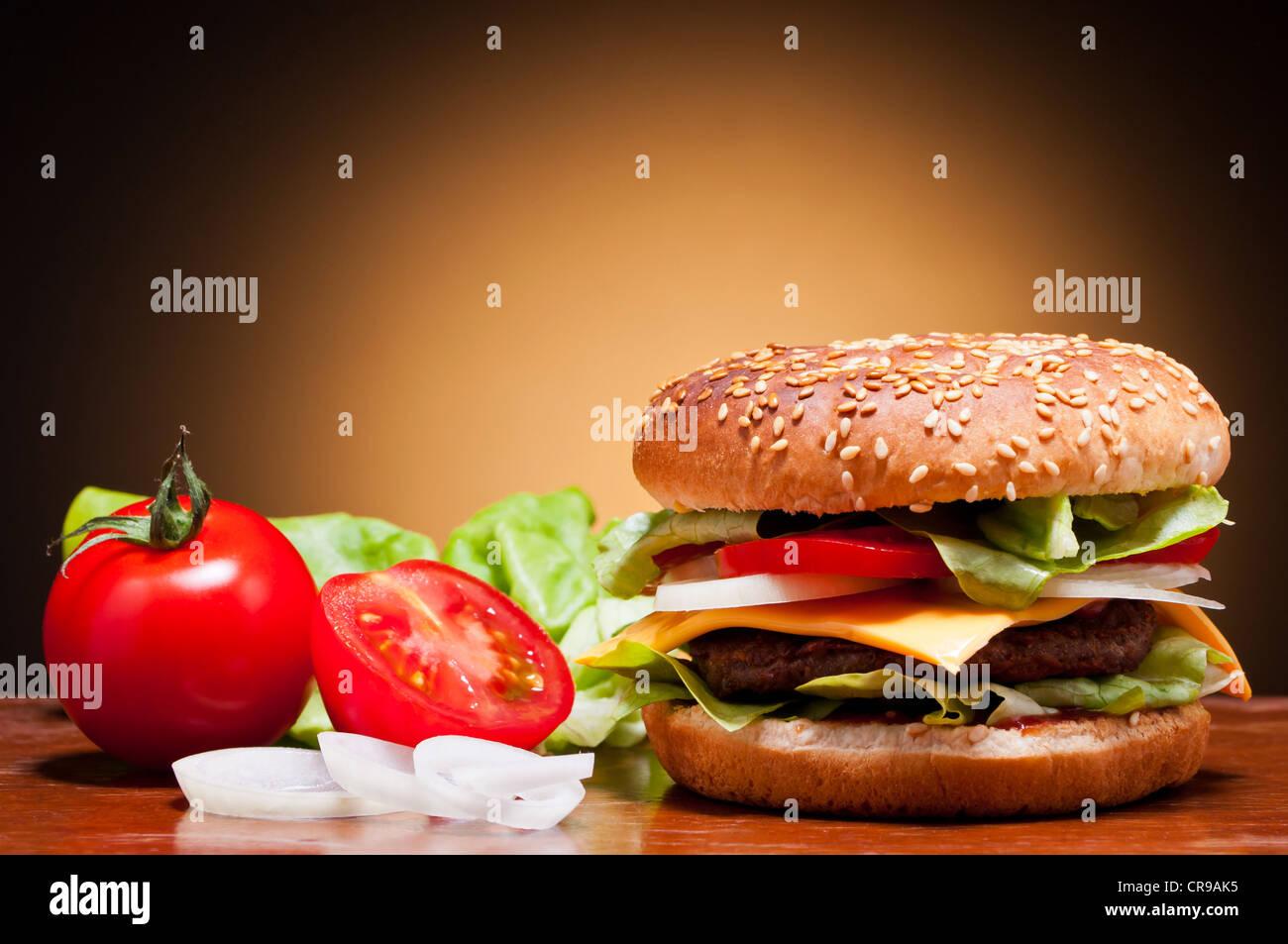 traditionellen Hamburger und Gemüse Stilleben Stockbild