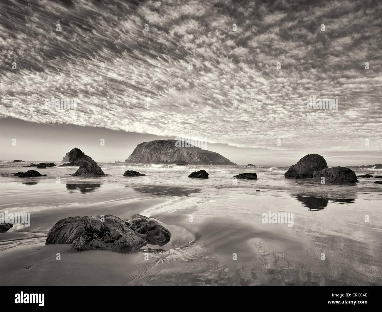 Strand und Wolken. Harris Beach State Park, Oregon Stockbild