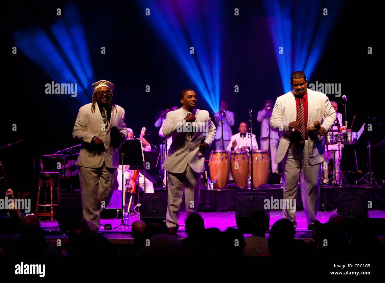 Afro Cuban All Stars mit Juan de Marcos González in Londoner Latin Music Festival La Linea, Barbican Hall, Stockbild