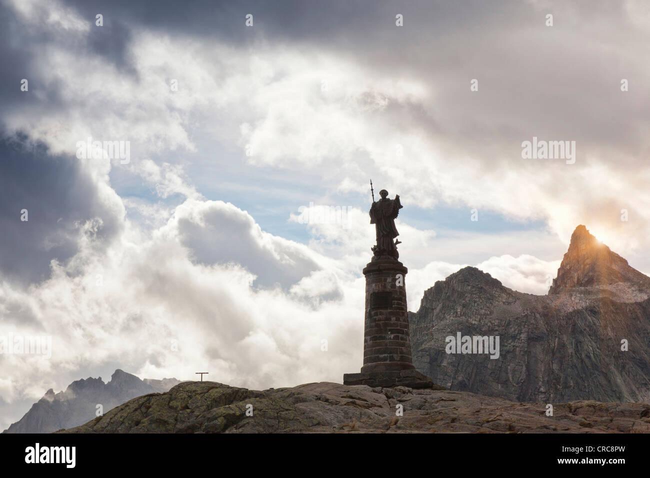 Kunstvolle Statue auf felsigen Berggipfel Stockbild