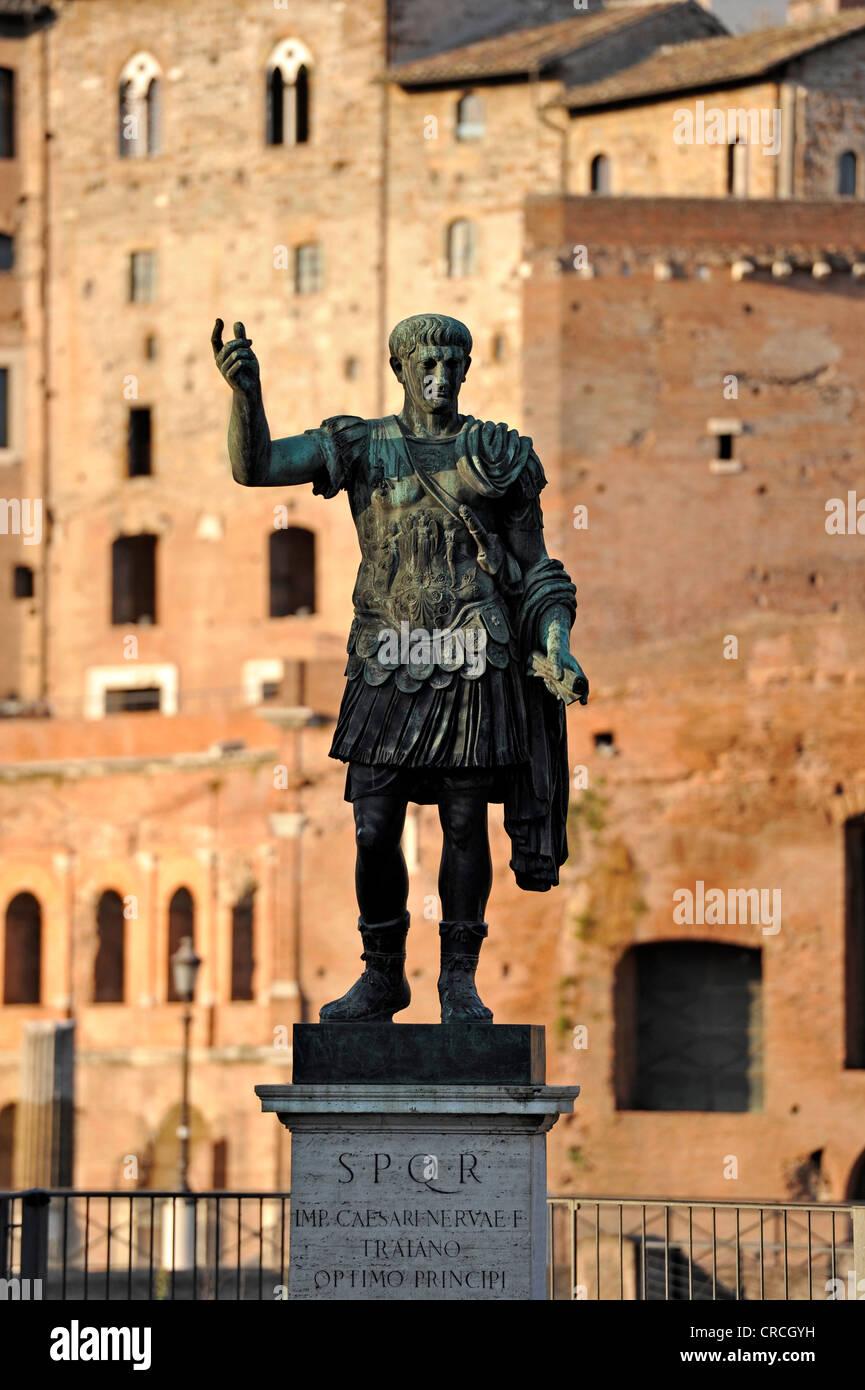 Bronzestatue des Roman Emperor Trajan, Trajans Markt, Via Alessandrina, Via dei Fori Imperiali, Rom, Latium, Italien, Stockbild