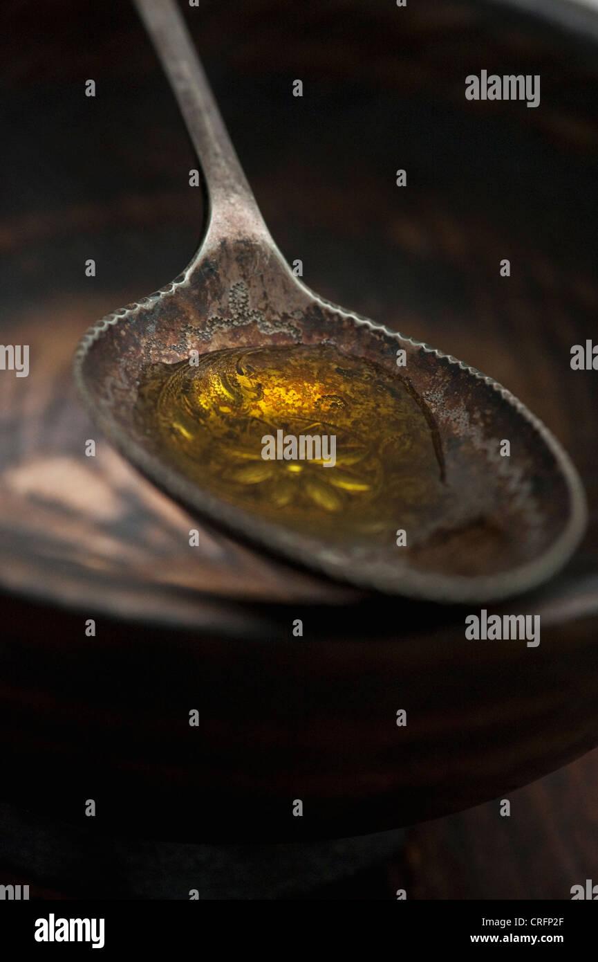 Nahaufnahme von Löffel Olivenöl Stockbild