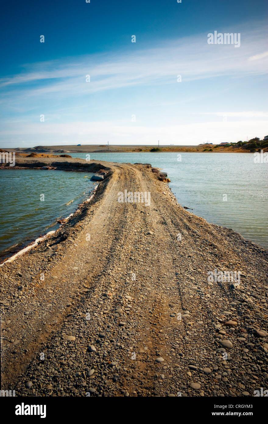 Feldweg an einem See Stockbild