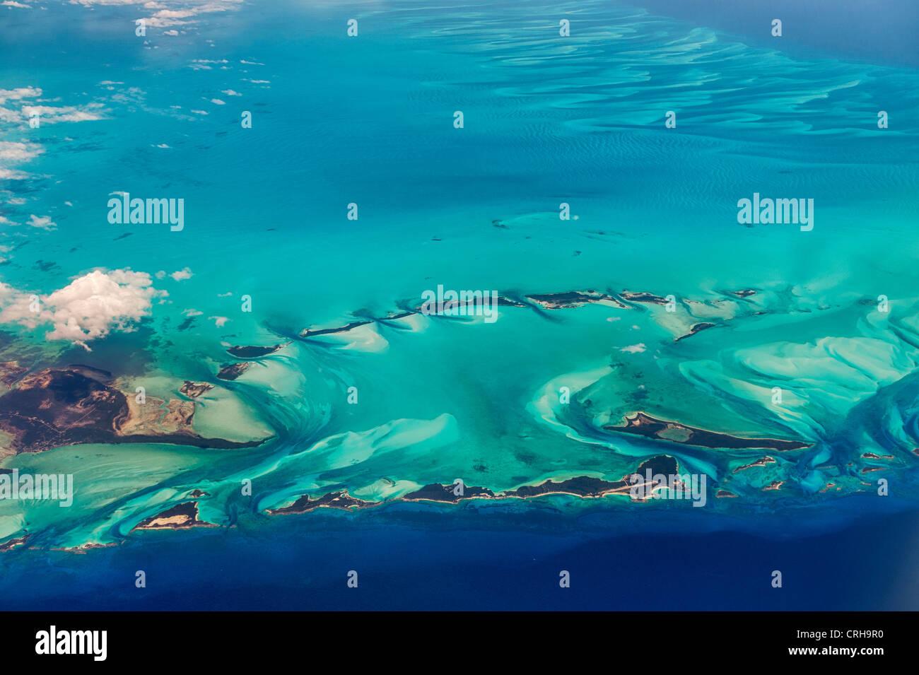 Luftbild von Inseln und Wolken auf den Bahamas. Stockbild