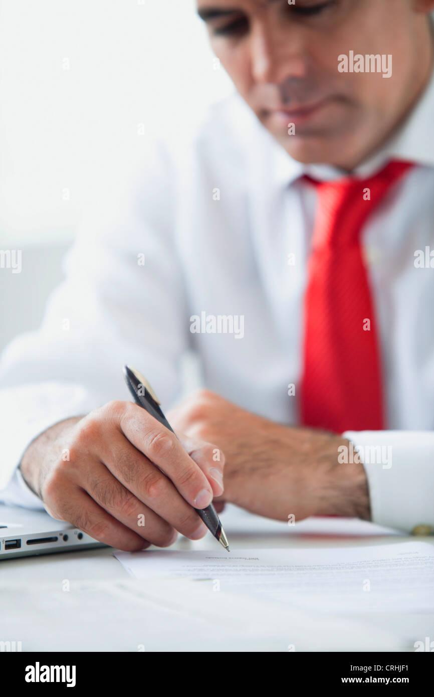Geschäftsmann, arbeiten am Schreibtisch Stockbild