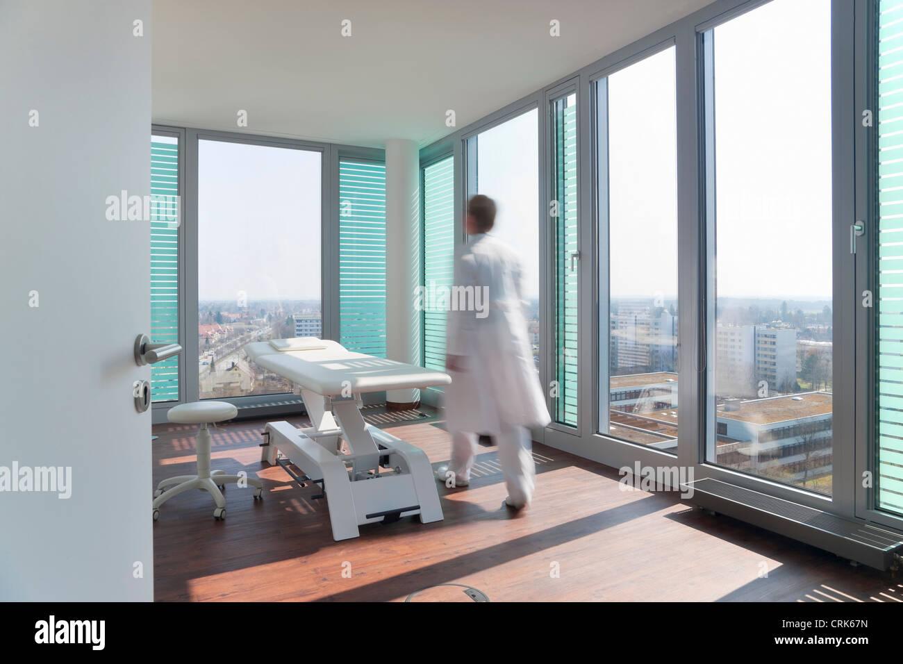 Verschwommene Sicht des Arztes im Büro Stockbild