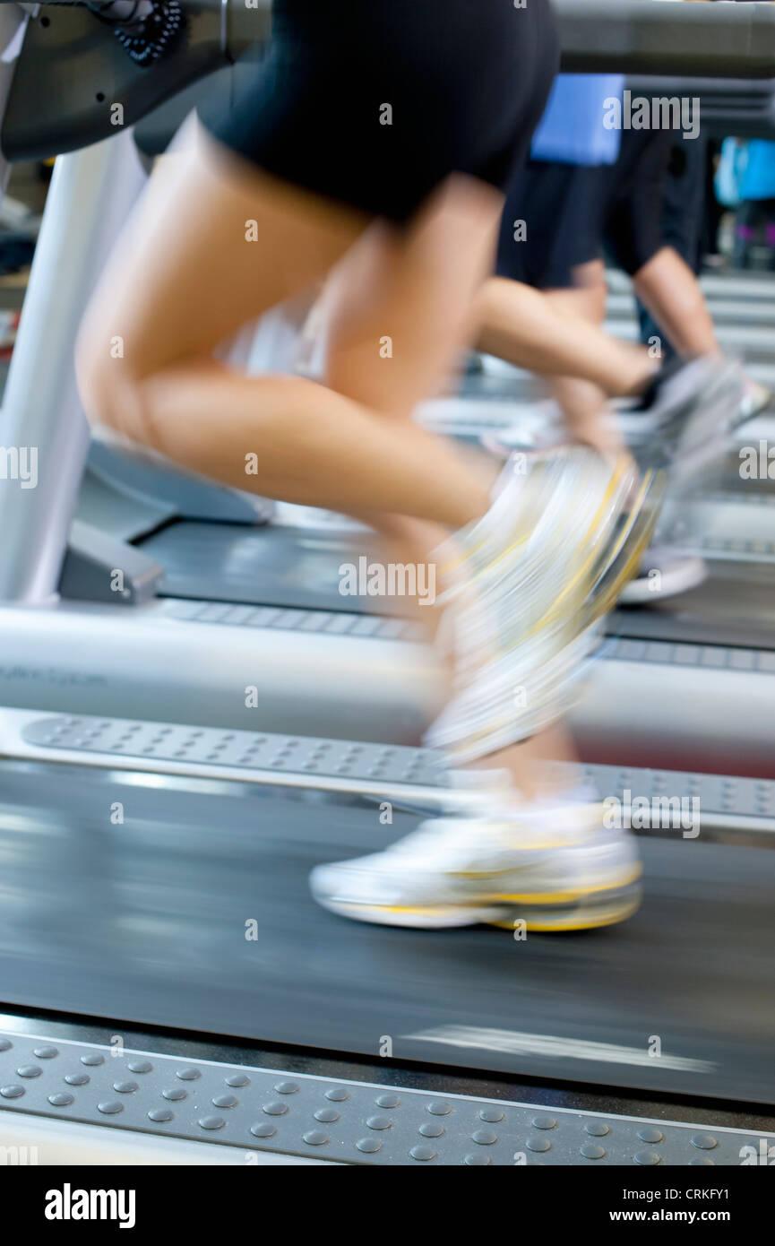 Verschwommene Sicht des Menschen auf Laufbändern Stockbild