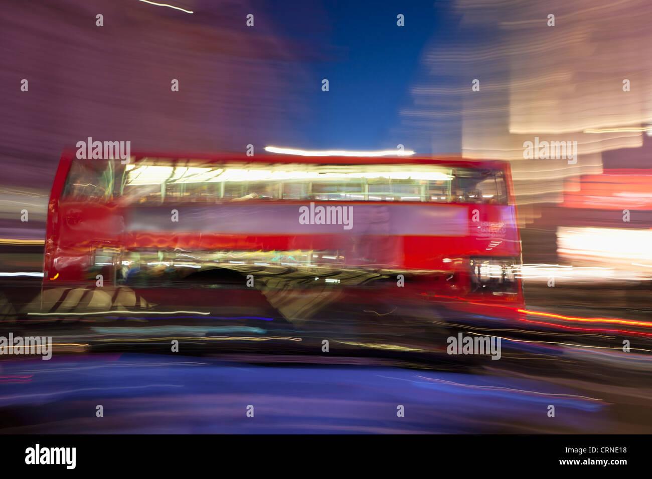 Verschwommene rote Bus, London, England Stockbild