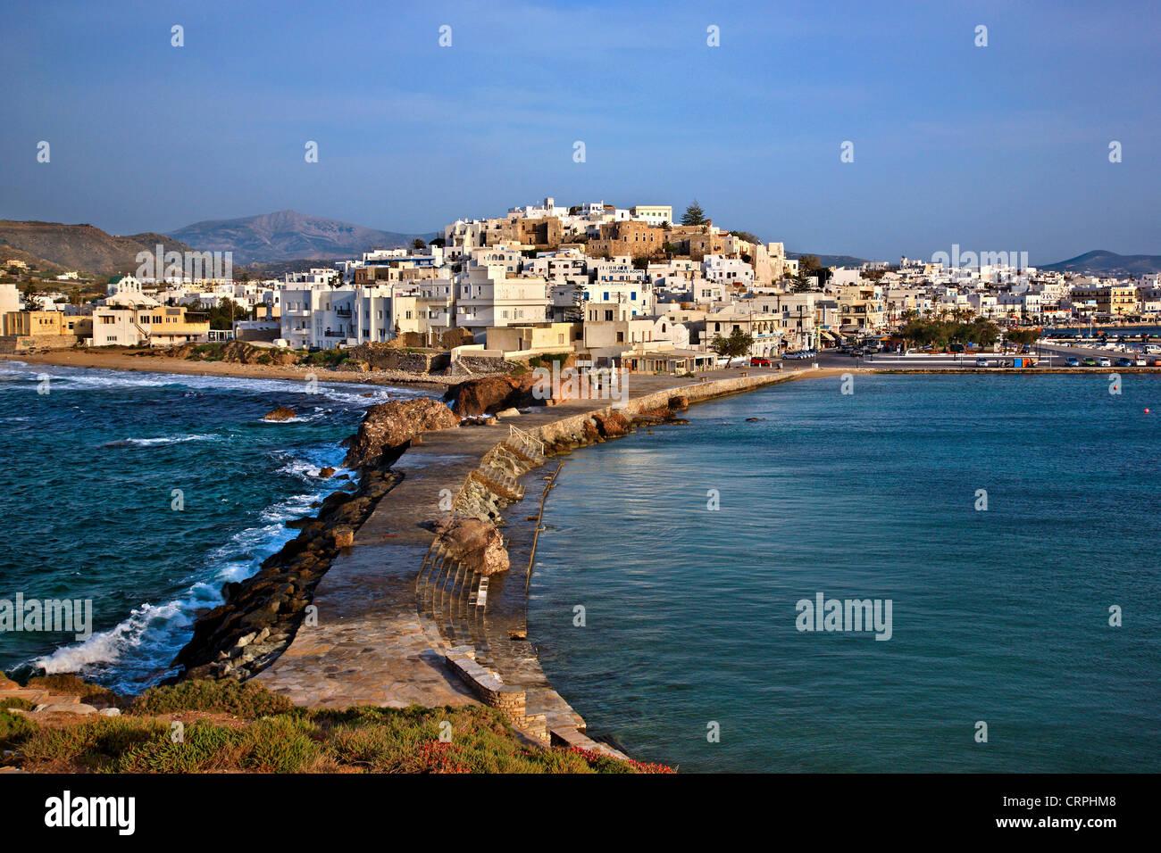 """Die Chora (""""Hauptstadt"""") von Naxos mit der Burg Sanoudos an der Spitze, wie die """"Portara"""", Kykladen, Stockbild"""