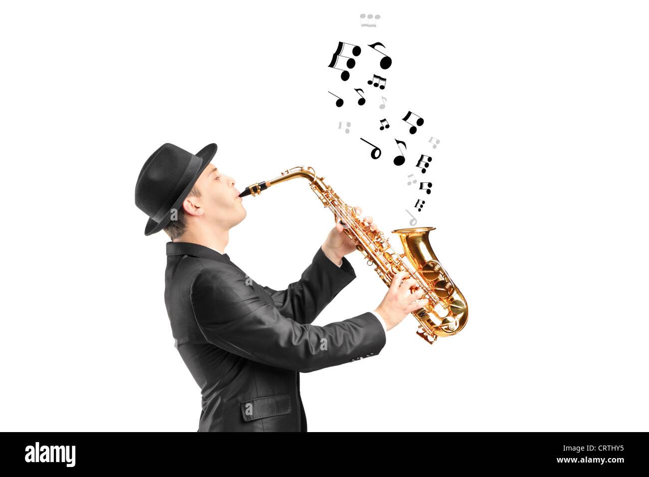 Ein Mann spielt Saxophon und Noten aus Hintergrund isoliert Stockbild