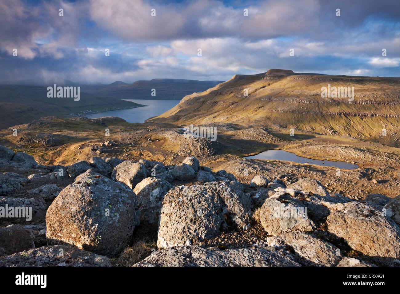 Bergwelt auf der Insel Streymoy, Färöer-Inseln. (Juni) Frühjahr 2012. Stockbild