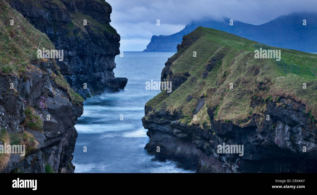 Dramatische Küstenlinie am Gjogv auf der Insel Eysturoy, Färöer. (Juni) Frühjahr 2012. Stockbild
