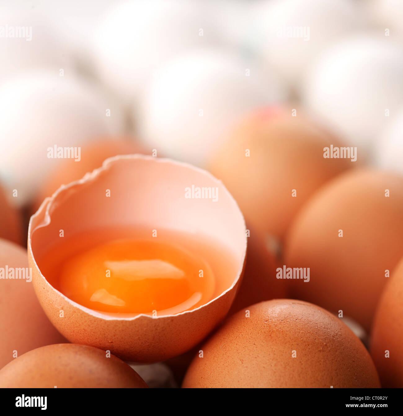 Hühnereier. Ein Ei ist gebrochen. Stockbild