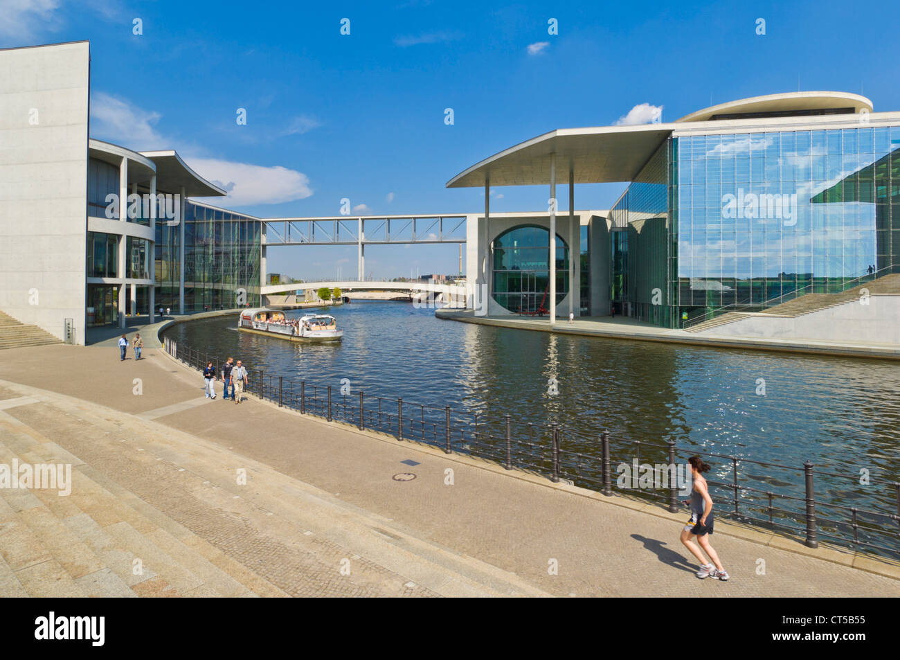 Tour cruise Boote und Läufer von Fluss Spree Paul Lobe-Haus und Marie-Elisabeth-Luders DBT Berlin Deutschland Stockbild