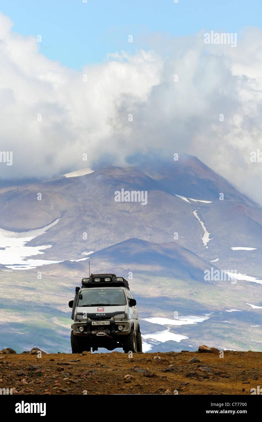 Off-Road-Fahrzeug in Mutnovsky Vulkan Bereich auf Kamtschatka Stockbild