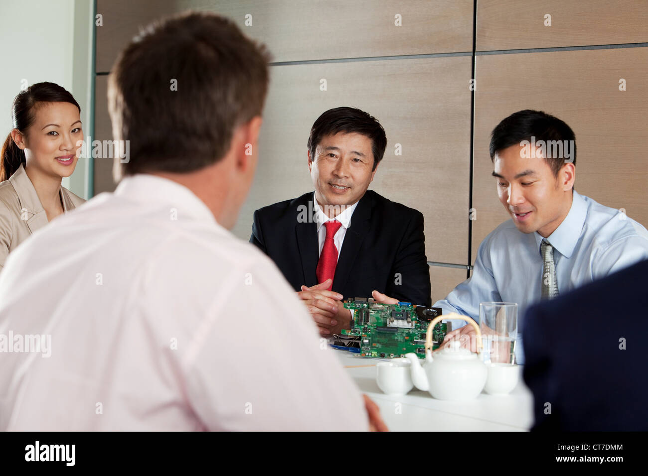Geschäftsleute, die Platine in Treffen diskutieren Stockbild