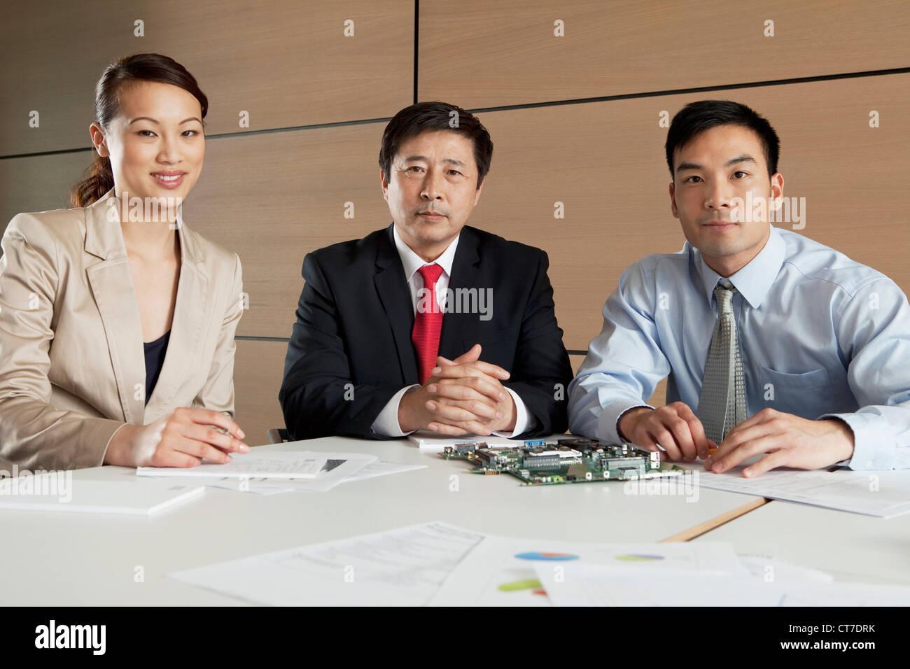 Geschäftsleute mit Platine, Porträt Stockbild