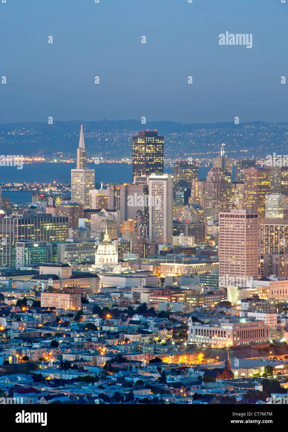 Abenddämmerung Blick über San Francisco vom Gipfel von Twin Peaks in Kalifornien, USA. Stockbild