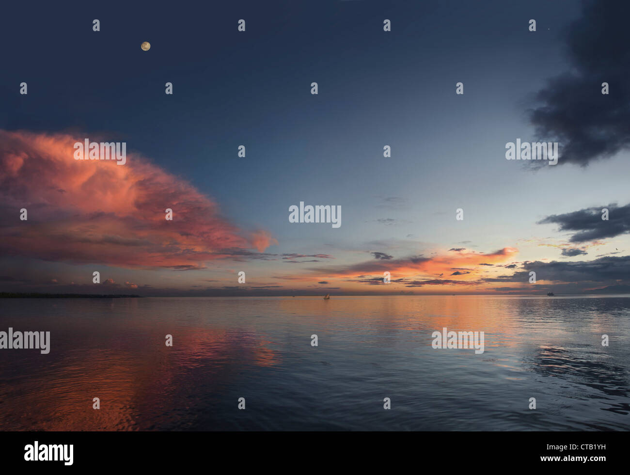 Rote Wolke über dem Amazonas bei Sonnenuntergang, Amazonas, Amazonas, Brasilien Stockbild