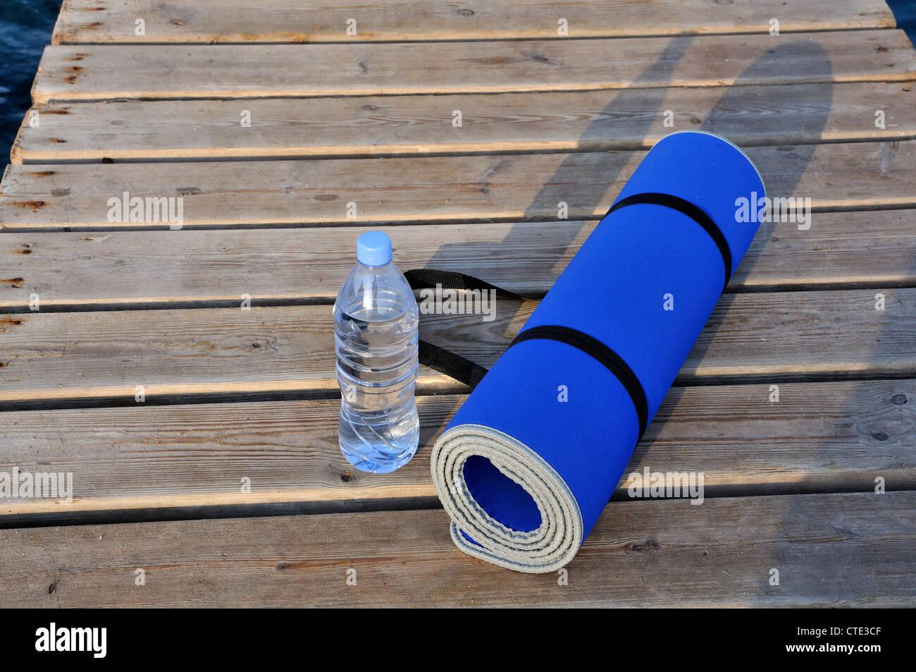 Yoga-Matte und Wasserflasche Stockbild