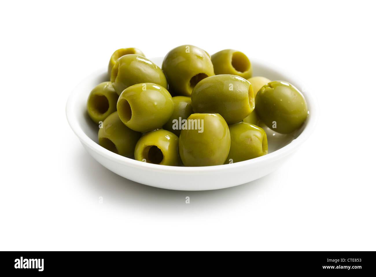 grüne Oliven in Schüssel weiß auf weißem Hintergrund Stockbild