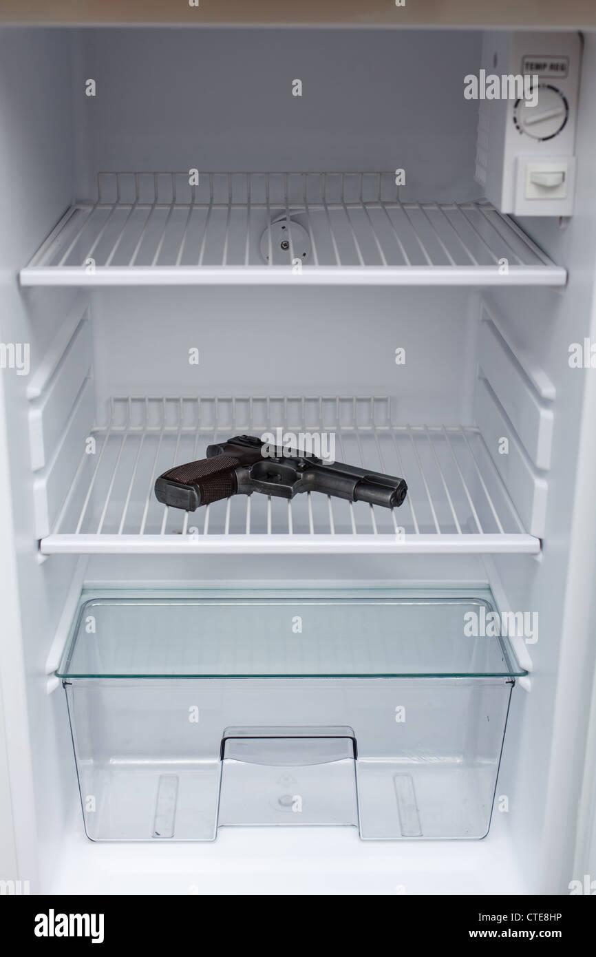 Pistole in einen leeren Kühlschrank versteckt Stockbild