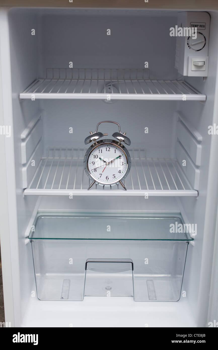 Laute Wecker versteckt in einem Kühlschrank Stockbild