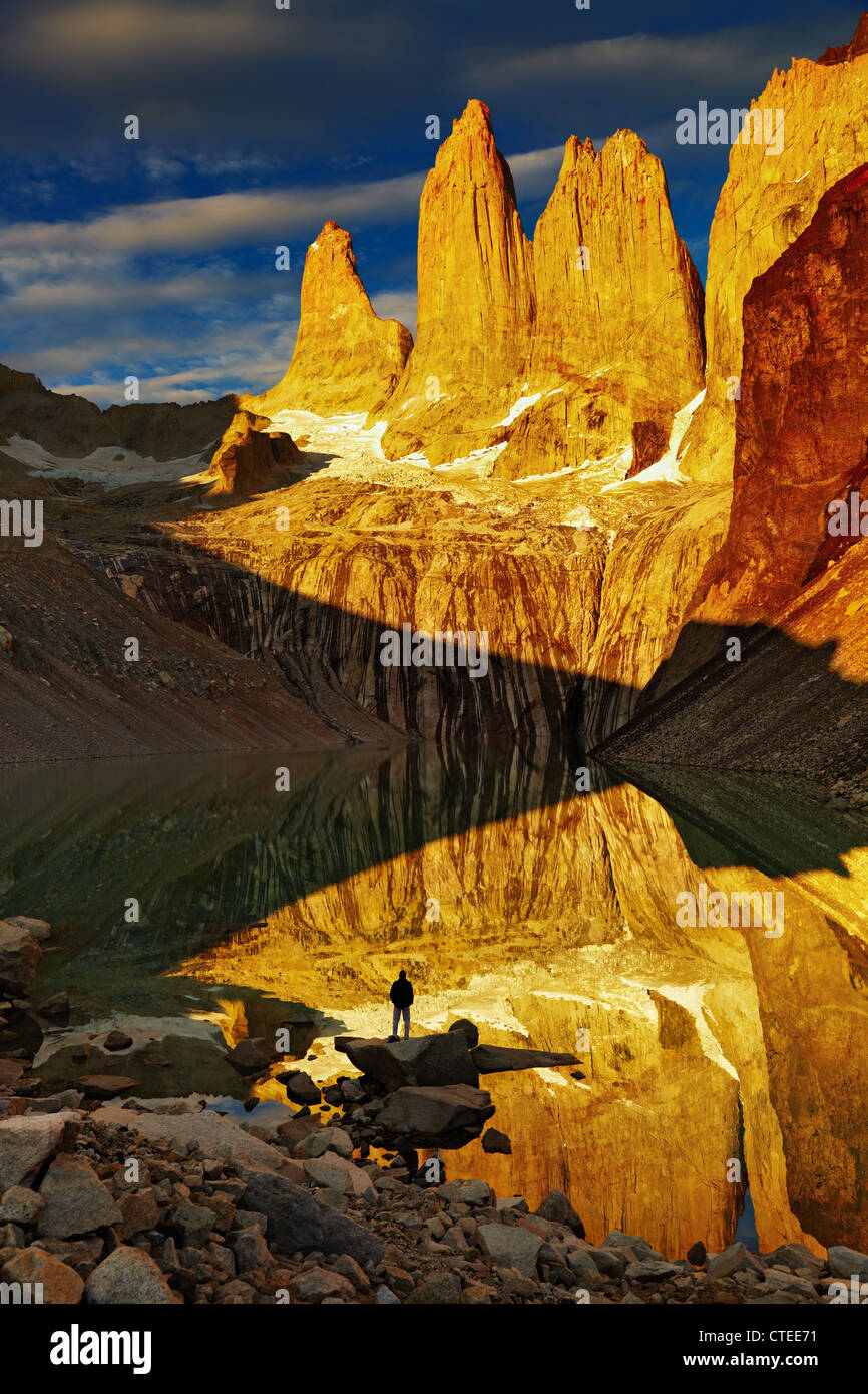Türme mit Reflexion bei Sonnenaufgang, Torres del Paine Nationalpark, Patagonien, Chile Stockbild