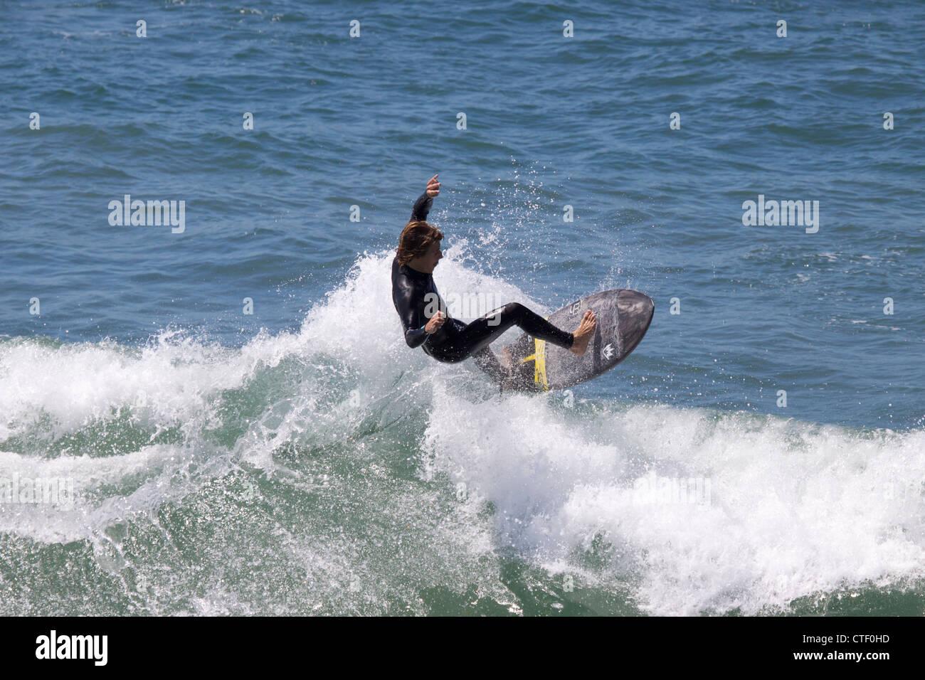 Ein Surfer am Huntington Beach Pier California Stockbild