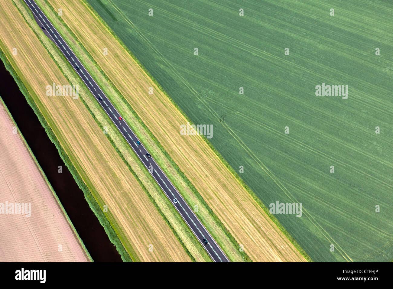 Die Niederlande, Zeewolde, Autos auf Straßen in Flevo Polder. Luft. Stockbild