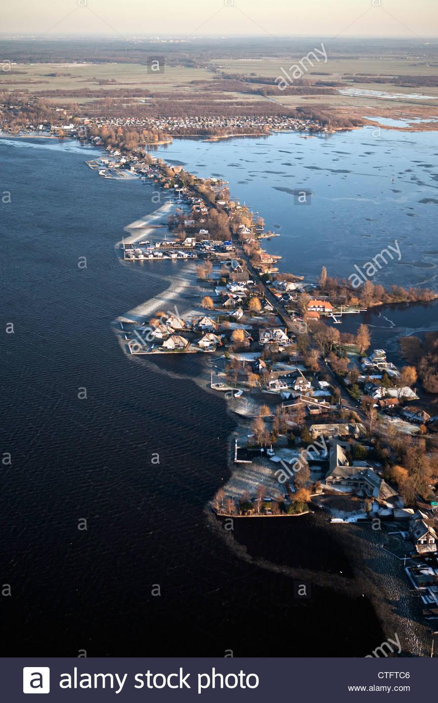Die Niederlande, Loosdrecht, Antenne. Häuser in der Nähe von See genannt Loosdrechtse Plassen. Winter. Stockbild