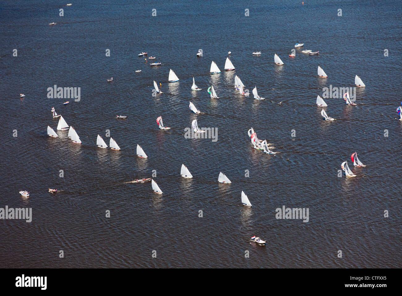 Die Niederlande, Loosdrecht, Antenne. Racing von Segelbooten auf See Loosdrecht Seen genannt. Stockbild