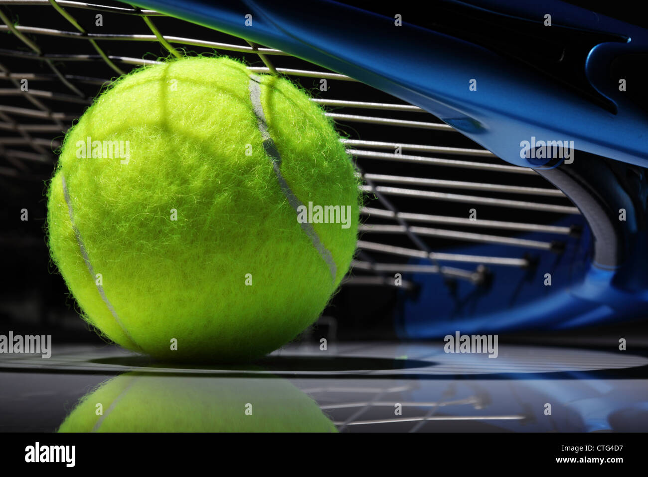 Tennisschläger und ball Stockbild