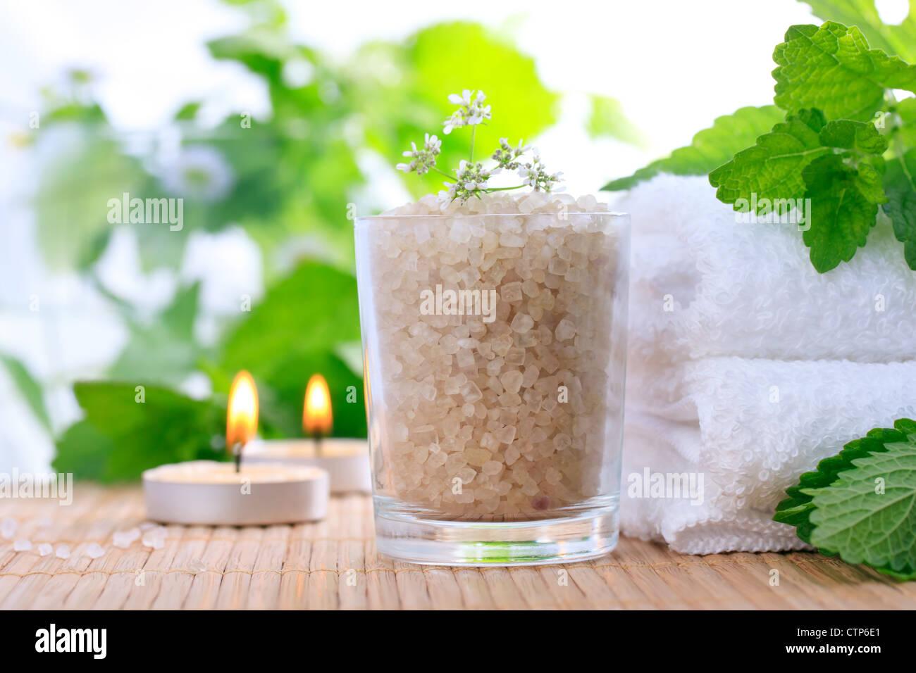 Badesalz mit frischer Minze und Handtücher Stockbild