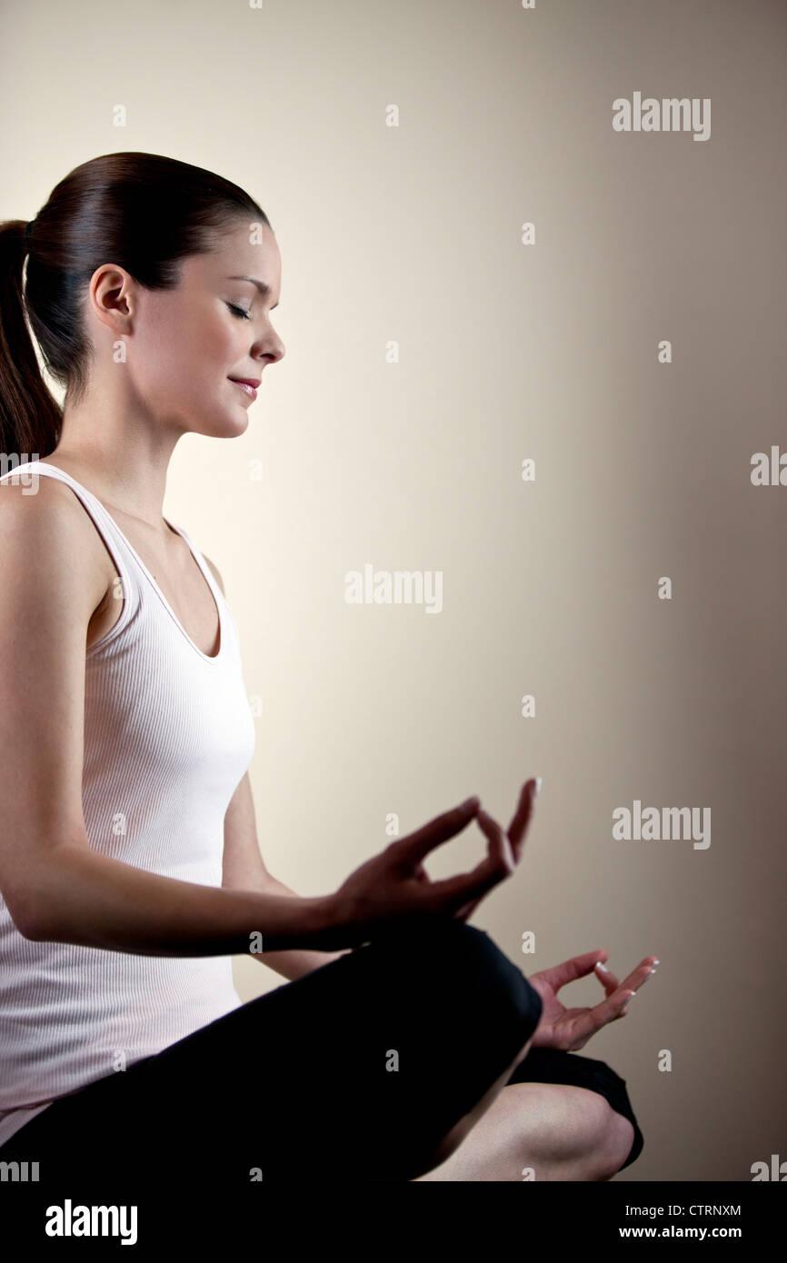 Eine junge Frau, meditieren, Augen geschlossen Stockbild