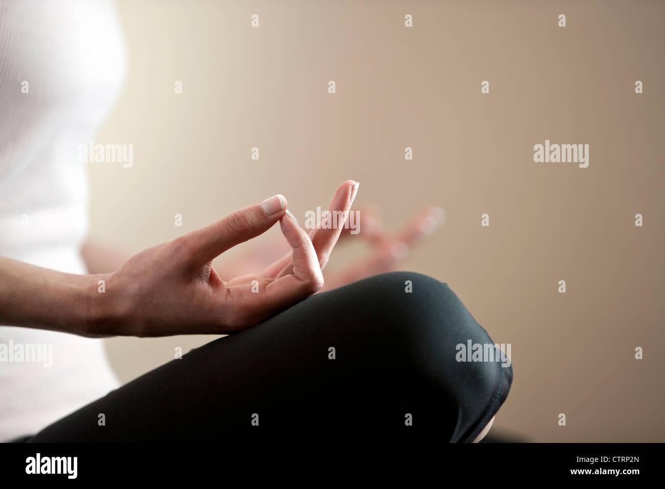 Eine junge Frau, meditieren, Nahaufnahme, Hände Stockbild