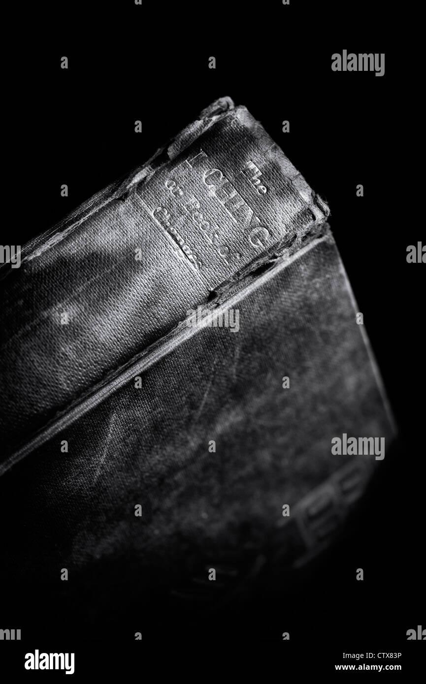 """I ging-Buch. Chinesische klassische """"Buch der Wandlungen"""" vor einem dunklen Hintergrund Stockbild"""