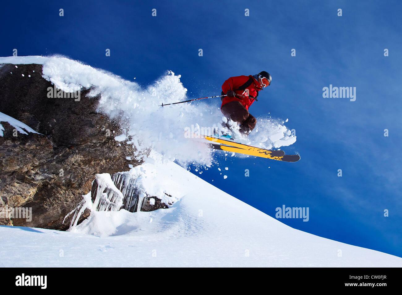 Springen auf verschneiten Hang Skifahrer Stockbild