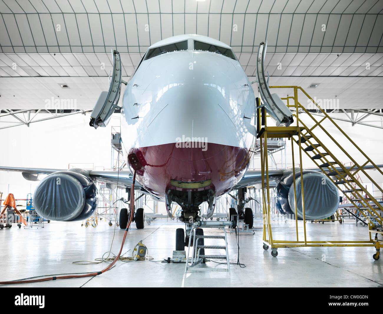 Flugzeug im Hangar angedockt Stockbild