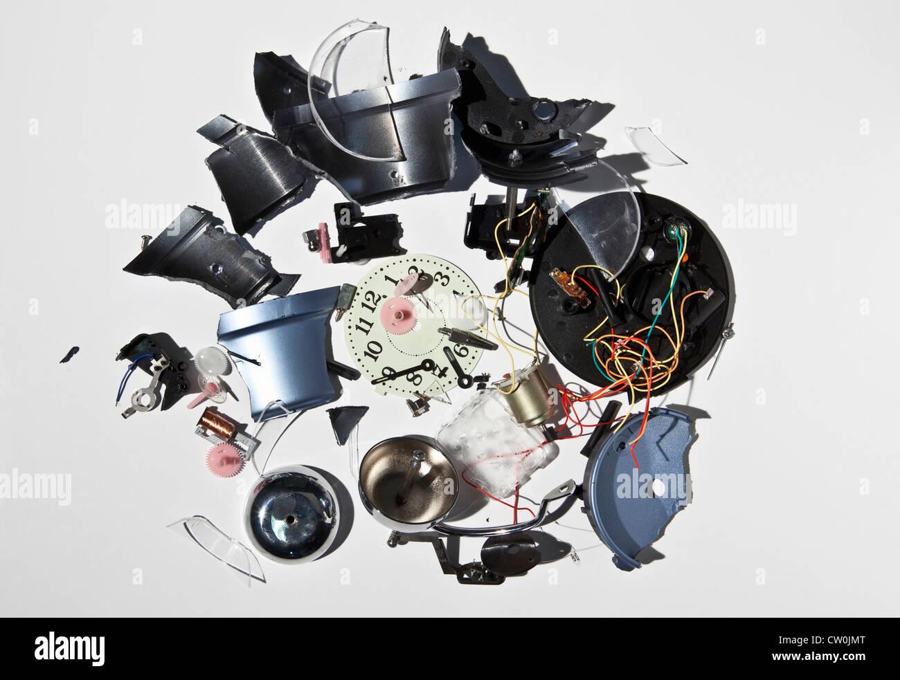 Haufen von zertrümmerten Uhrenbestandteile Stockbild