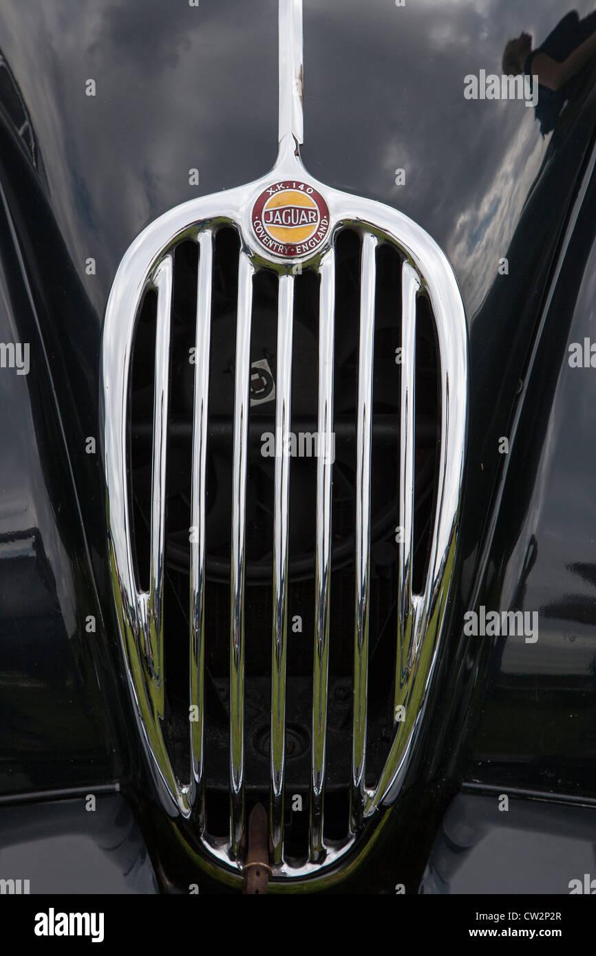 Kühlergrill und Abzeichen, Jaguar XK 140 Stockbild