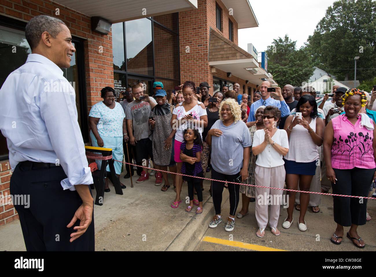Präsident Barack Obama spricht mit den Fans nach einem Besuch in RickÕs Cafe 13. Juli 2012 in Virginia Stockbild