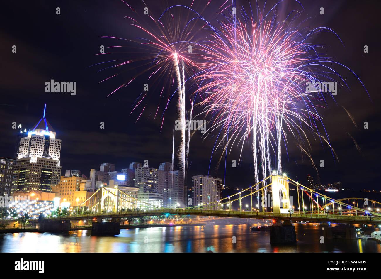 Feuerwerk auf dem Allegheny River in der Innenstadt von Pittsburgh, Pennsylvania, USA. Stockbild