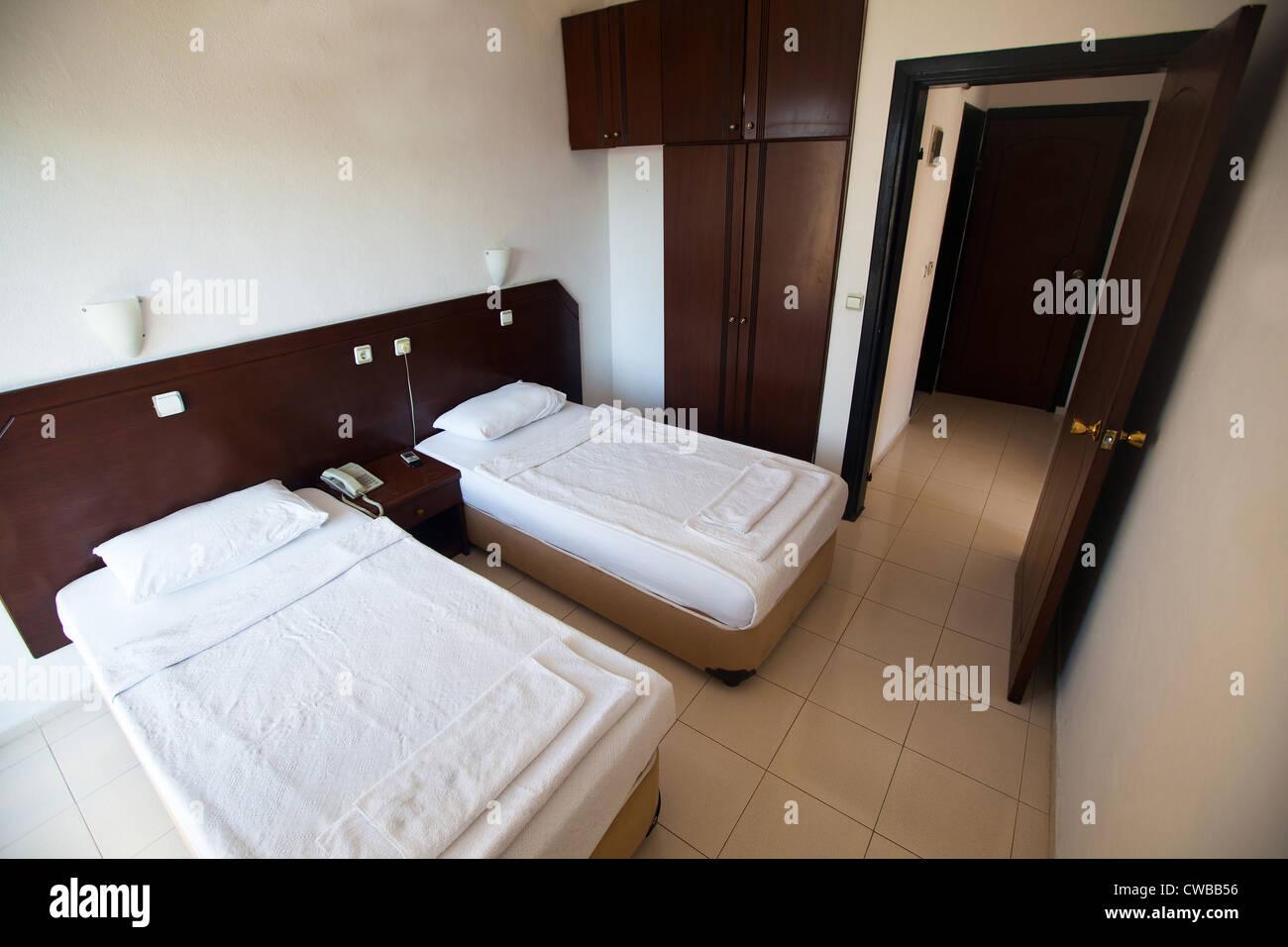 Innenraum einer preiswerten Motels mit zwei Betten Stockbild