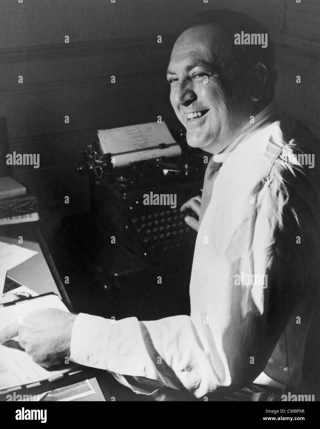 Filmproduzent Val Lewton (1904 ? 1951), arbeiten an seinem Schreibtisch, mit einer hand auf ein Skript und andererseits Stockbild