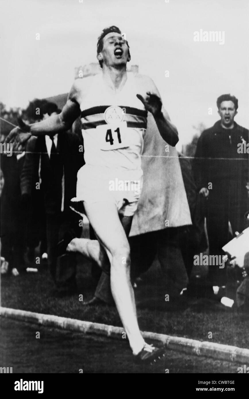 Roger Bannister die Ziellinie in drei Minuten und 59,4 Sekunden erreichen die Vierminute Meile, Oxford, England Stockbild